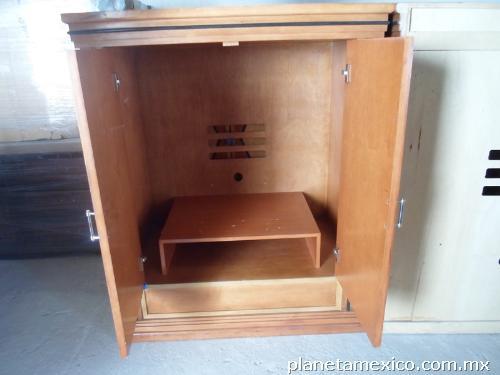 Fotos de mueble para tv o ropero de madera con 2 puertas for Mueble para tv con puertas